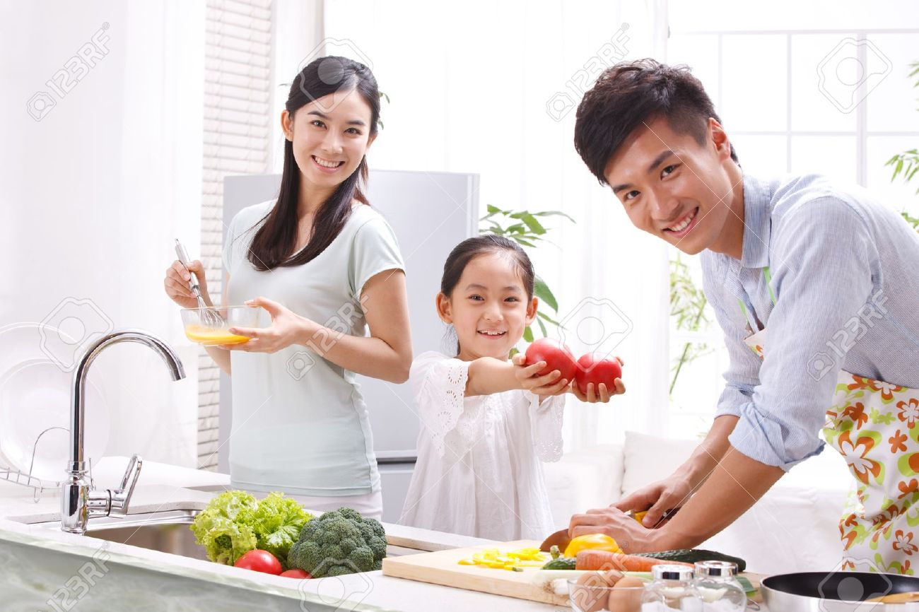 16190871-family-in-kitchen-Stock-Photo